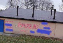 Photo of Wulgarne napisy na budynkach LKS Pogoń Biadoliny Radłowskie / zdjęcia