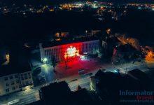 Photo of Brzesko / Olbrzymia biało-czerwona flaga na ratuszu oraz wieczorny mapping na Urzędzie Miejskim
