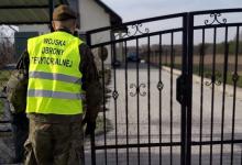 Photo of Tarnowscy policjanci wspólnie z WOT kontrolują przestrzeganie warunków kwarantanny domowej