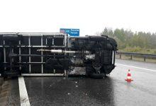 Photo of Jasień / Przewrócona ciężarówka na autostradzie A4 / 6 maja 2020 r. / zdjęcia