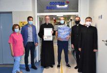Photo of Pulsoksymetr i fartuchy od księży dla szpitala w Bochni