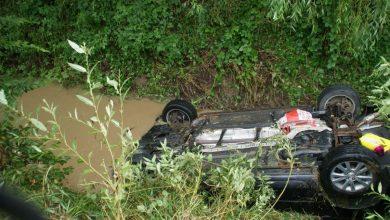 Photo of Pojazd dachował w rzece. Tylko szybka reakcja świadka uratowała życie kierowcy