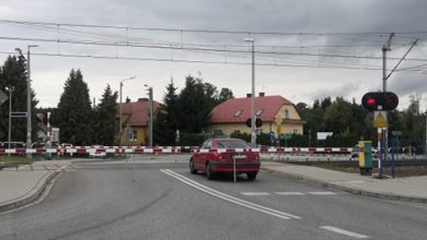 Photo of Tradycyjnie samochód został uwięziony na przejeździe kolejowym w Sterkowcu / 2 września 2020 r.